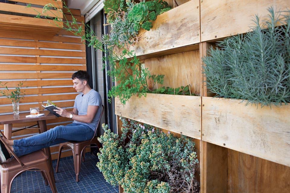 Práctico: el jardín vertical (Paraná Vivero) tiene una variedad de suculentas y hierbas aromáticas que requieren mínimo mantenimiento.  Foto:Living /Javier Picerno