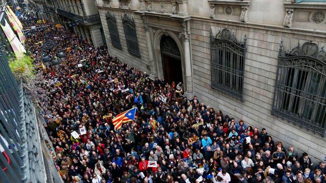 Miles de personas se congregan junto al palacio presidencial regional en la Plaza Sant Jaume