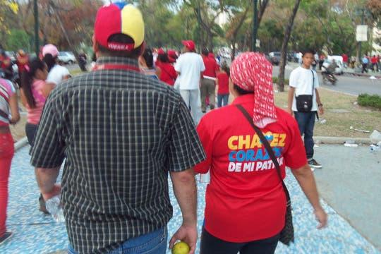 Pareja de chavistas caminando por la calle. Foto: LA NACION / Juan Pablo De Santis