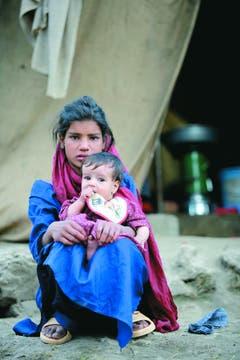 Después del terremoto. Dos hermanitos en una tienda de campaña en Paquistán.