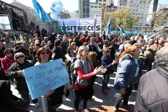 Al mismo tiempo, fuera del Tribunal Superior, agrupaciones kirchneristas se reunieron para reclamar la aplicación total de la iniciativa. Foto: LA NACION / Ezequiel Muñoz