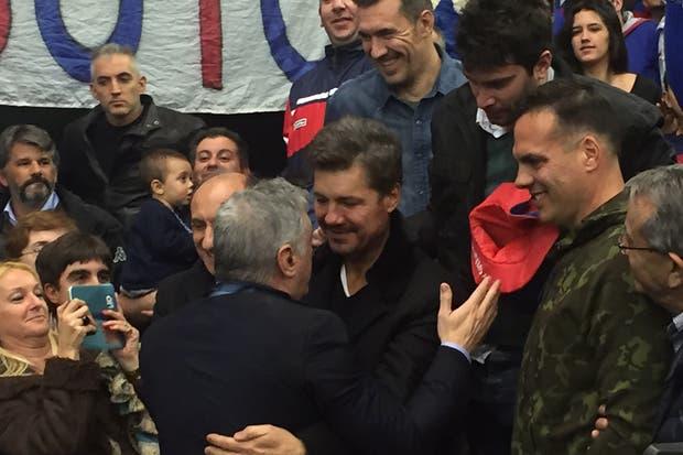 La emoción del abrazo de campeón
