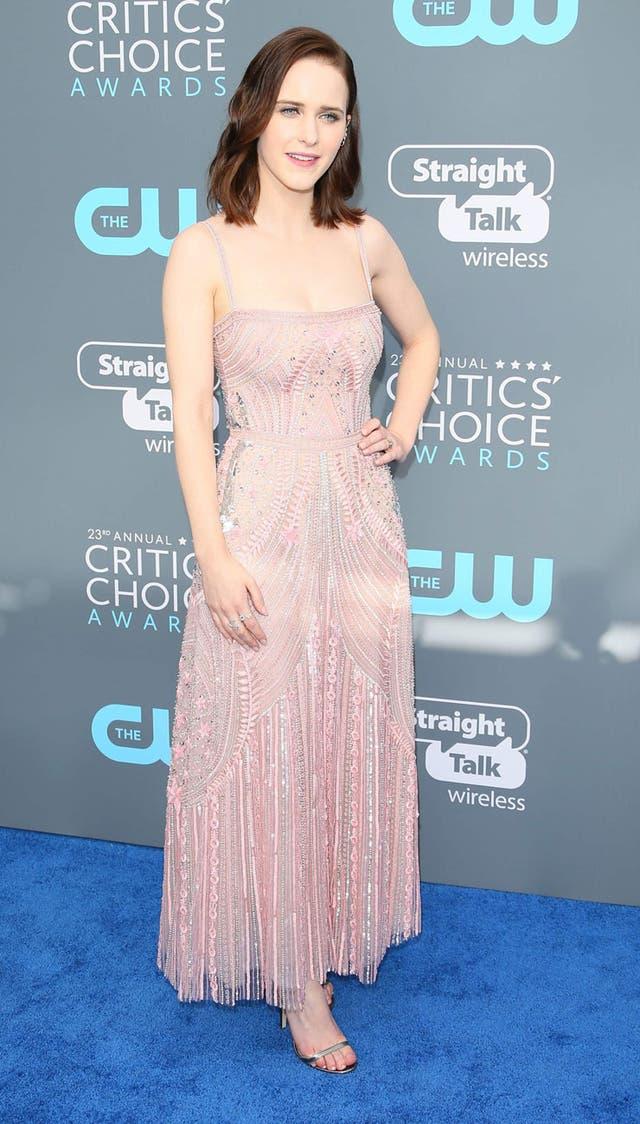 Rachel Brosnahan, muy natural, de rosa pálido