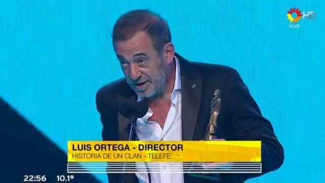 Alejandro Awada recibió el Martín Fierro a mejor director en nombre de Luis Ortega