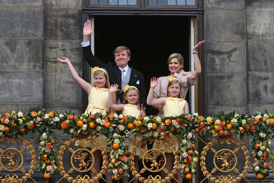 Los nuevos Reyes, Máxima y Guillermo, saludan al pueblo holandés junto a sus hijas. Foto: AP