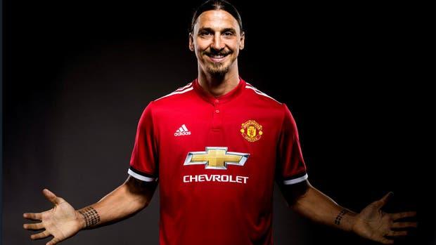 Zlatan seguirá vistiendo de rojo por una temporada más