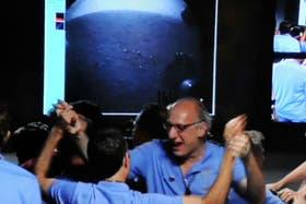 Miguel San Martín celebra la llegada de Curiosity a Marte, que refleja la primera fotografía que llegó a la NASA