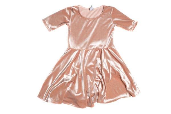 Vestido de pana con mangas 3/4 (Complot Mini, $269).