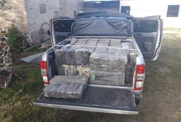 La camioneta Ford Ranger, ayer, todavía con su carga de marihuana en la caja