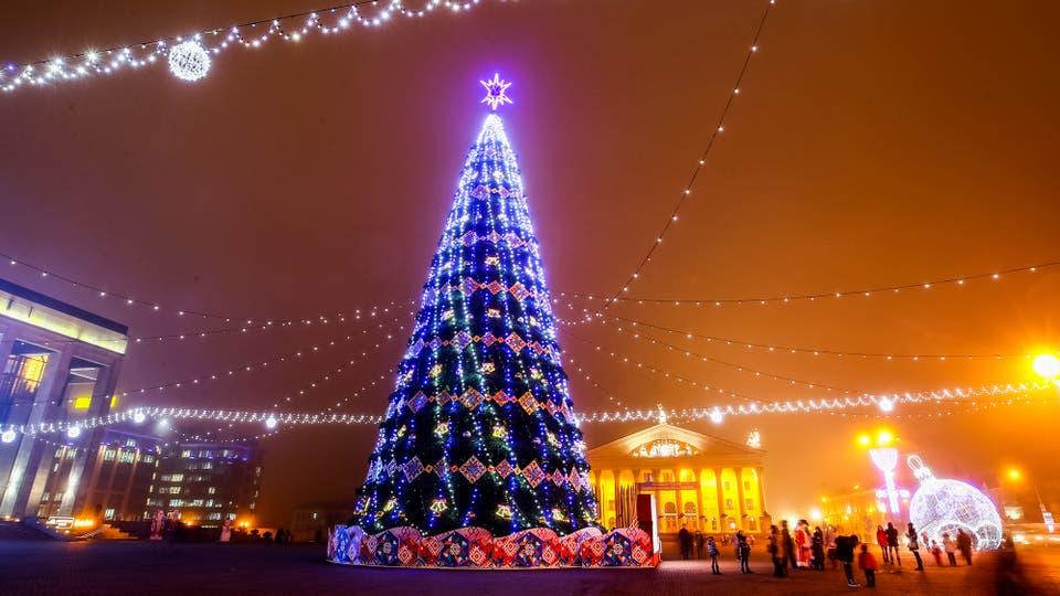 un rbol del ao nuevo en la plaza de en minsk rusia foto