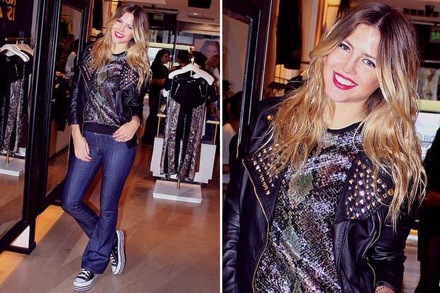 Con un estilo glam rock, la modelo Stephanie Demner pasó a conocer la nueva colección de Koxis. Su looks, campera con tachas, remera con brillo, jean y zapatillas. Foto: Muchnik.co