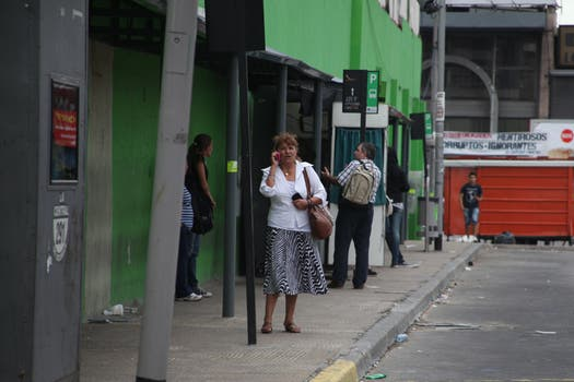 Ante la falta de gran parte del transporte público, muchos decidieron salir en auto, por lo que en las calles circulan muchos más vehículos particulares que los que se pueden ver cualquier día de semana. Foto: LA NACION / Guadalupe Aizaga