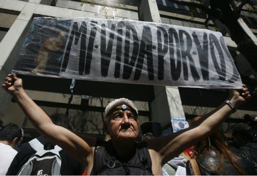 Ayer, durante la vigilia en la puerta de la Fundación Favaloro. Foto: LA NACION