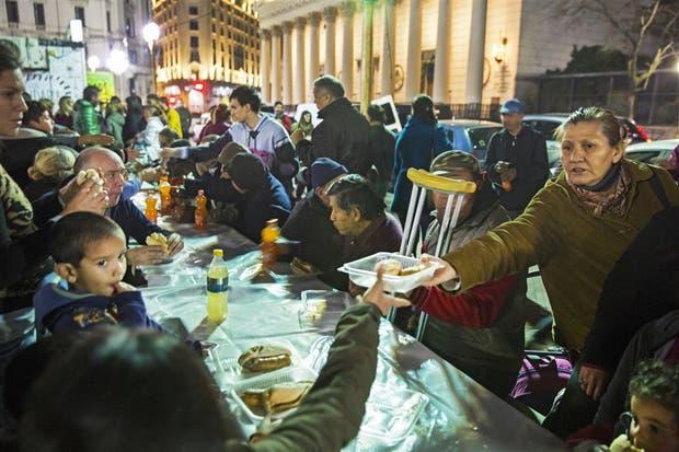 Una de las cenas organizadas por Red Solidaria, anteayer, en la Plaza de Mayo