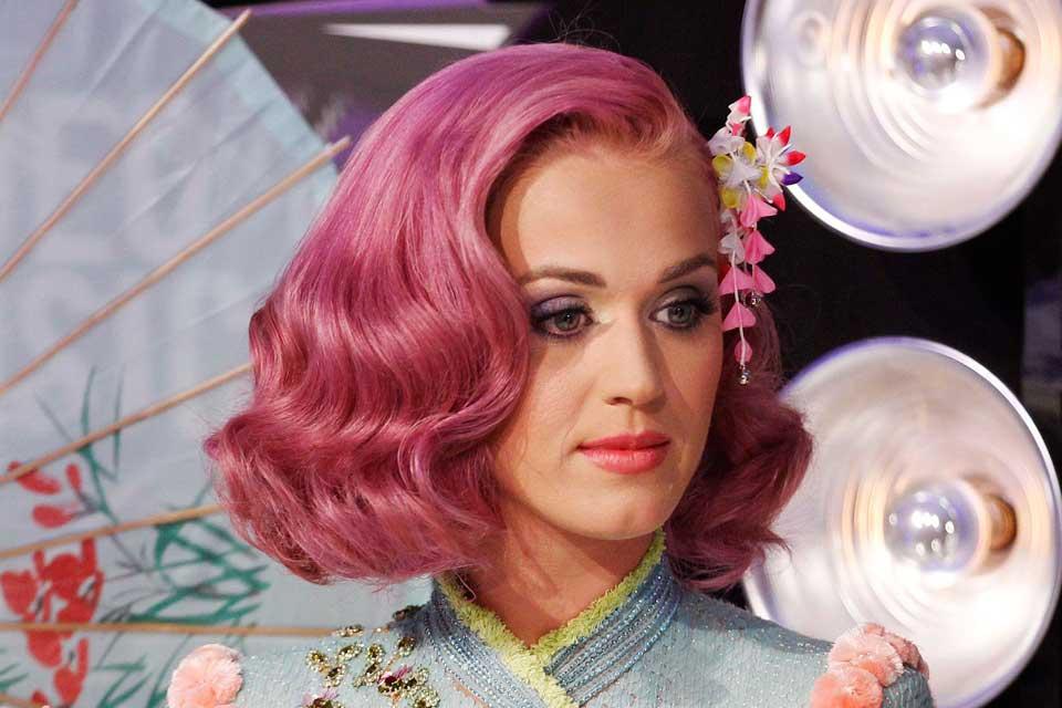 Con corte estilo bob, ondas bien marcadas y su toque rosa. Foto: OHLALÁ! /Latinstock