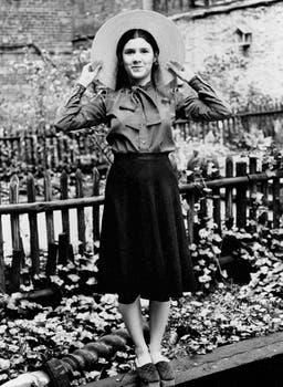 Carrie Fisher, la hija de 16 años de Debbie Reynolds y Eddie Fisher, en el jardín trasero de la casa en el East Side de Nueva York, donde vivió con su madre. Foto: AP / Jerry Mosey
