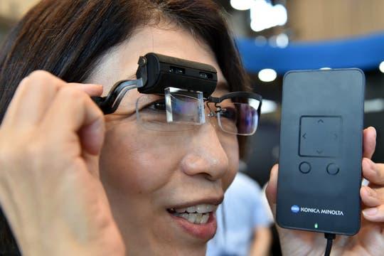 Imágenes holográficas en el anteojo, eso es lo que ofrece Konica Minolta con su prototipo HOE (Holographic Optical Element). Foto: AFP