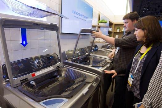 Un lavarropas de Samsung con pileta incorporada para dejar ropa en remojo. Foto: Reuters