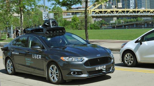 Una vista del prototipo de vehículo autónomo Ford Fusion equipado con los sensores de Uber