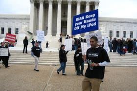 Una persona protesta en una de las manifestaciones realizadas en contra de las medidas de la RIAA