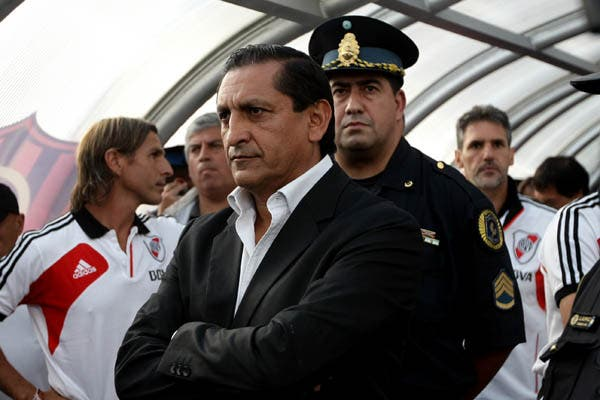 Desde donde pudo, Ramón -que fue expulsado- siguió el partido