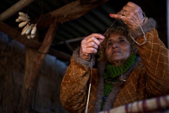 Pabla Lidia Romero de Quiroga (Paula Quiroga) nació hace 73 años en Ipsca, Catamarca, aprendió el oficio ancestral de buscar nidos de gusanos silvestre, hilarlos en un huso y con eso tejer diferentes prendas. Foto: LA NACION / Rodrigo Néspolo/Enviado especial