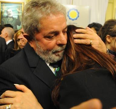 Afectuoso abrazo de Lula a Cristina. Foto: Presidencia de La Nación