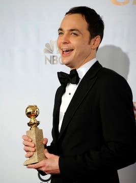 Emocionado. Jim Parsons, pura felicidad con su premio a mejor actor de comedia (TV) por su actuación en The Big Bang Theory.. Foto: EFE