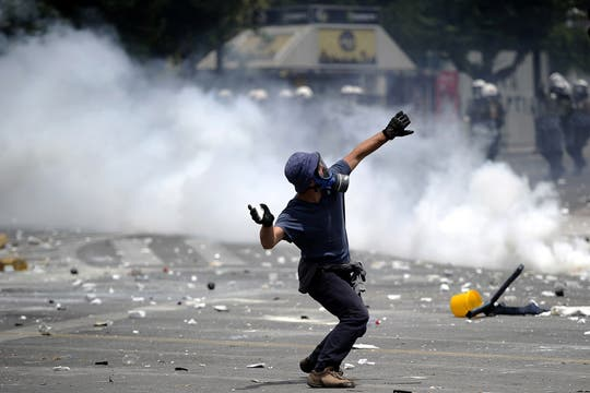Millones de griegos participan en la huelga que paraliza Grecia en contra las nuevas medidas de austeridad. Foto: AFP