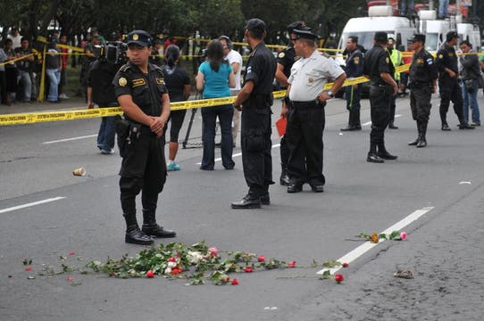 Flores en recuerdo de Cabral.