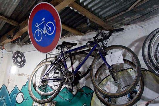 En el taller hay bicis colgado en el techo. Foto: LA NACION / Matías Aimar