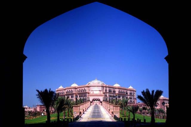 Vista de la entrada del hotel de Abu Dhabi