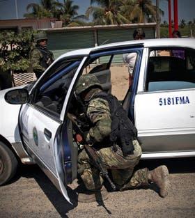 Un policía revisa un auto en Acapulco