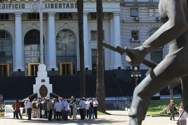 Alrededor de 50 ex militares y gendarmes protestaron frente al Ministerio de Defensa