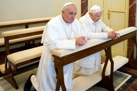 Francisco y Benedicto XVI, juntos, en la capilla del Palacio Pontificio. Foto: AP / L Osservatore Romano