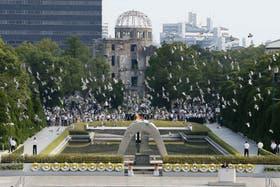 Cientos de palomas son desplegadas en el centro de Hiroshima y frente al edificio de la Cúpula Genbaku, que permaneció en pie tras la bomba nuclear