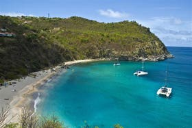 Buena vida y playas de sueño, dos características de una isla rica y famosa.