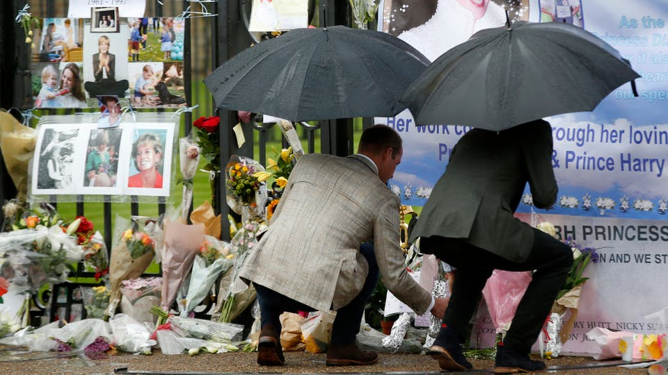 El príncipe Guillermo de Gran Bretaña, a la izquierda, y el príncipe Harry colocan flores y tributos tomados de los miembros del público en las Puertas de Oro del Palacio de Kensington. Foto: AP / Kirsty Wigglesworth