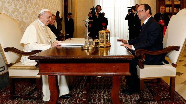El Papa, muy ameno, con el presidente francés Hollande. Foto: Archivo