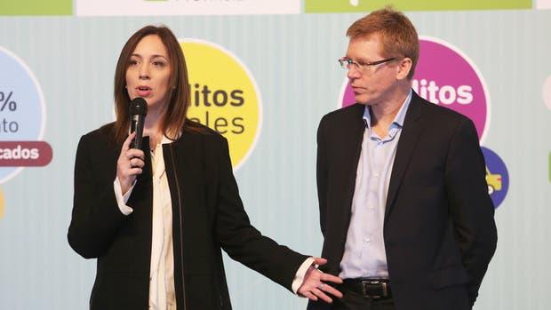 La gobernadora María Eugenia Vidal y el presidente del Banco Provincia, Juan Curutchet, durante el anuncio de una serie de beneficios exclusivos que ofrece la entidad pública, en la actividad realizada en la Casa de Gobierno