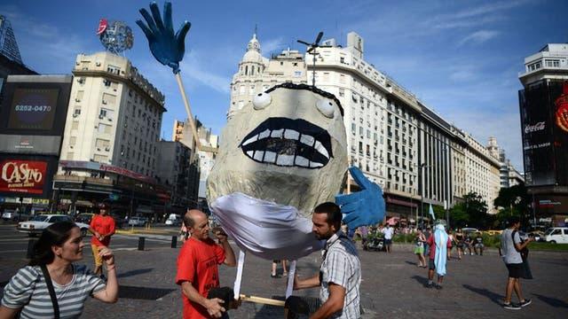 """A principios de 2016, Macri, recién asumió, ordenó el despido de miles de empleados públicos que consideraba """"sobrecontratación"""". La medida generó decenas de protestas."""