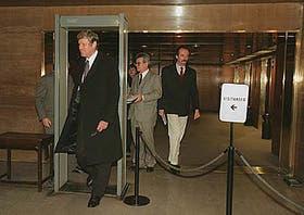 El embajador británico Marsden, citado por la Cancillería, atraviesa el detector de metales del ministerio