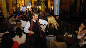 En Los Cardones, el público se anima a bailar entre las mesas