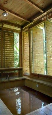 Equipamiento en maderas nativas