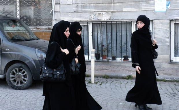Una imagen cada vez más frecuente en Estambul: jóvenes cubiertas casi por completo