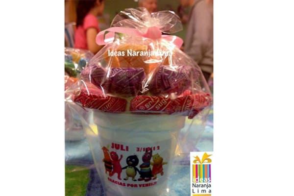 Los souvenirs de mini arbolitos de golosinas son el elegido de Ideas Naranja Lima. Foto: Foto: Gentileza ideas Naranja Lima