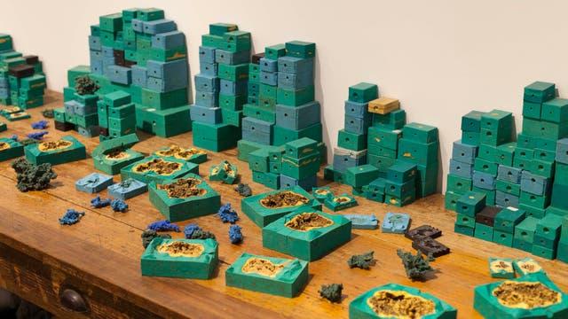 Con herramientas y materiales de distinto tipo, la artista evidencia el proceso de producción industrial del cobre