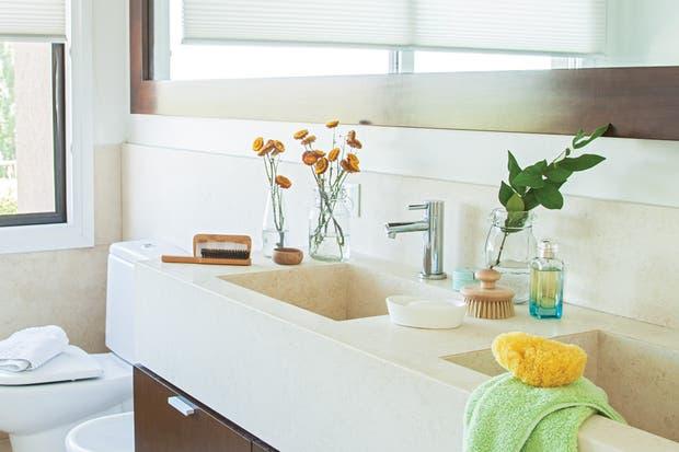 Bachas Para Baño Con Griferia:La dueña de este baño buscó continuidad con el resto de su casa