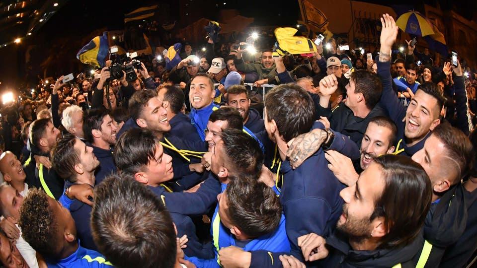 Los jugadores salieron a saludar a los hinchas a la puerta del hote. Foto: AFP