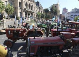 Los productores apostaron decenas de tractores frente a la Casa de Gobierno de Tucumán